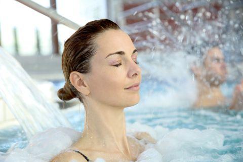 Молодая девушка в бассейне: выясните причины ушей пловца