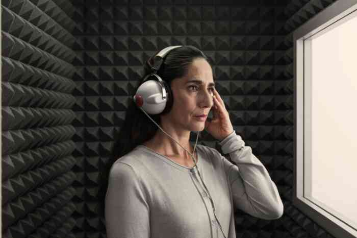 Woman with headphones during an Amplifon free hearing test