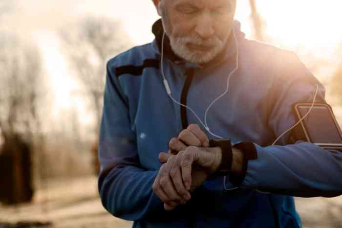 Un senior réglant sa montre pour faire son footing